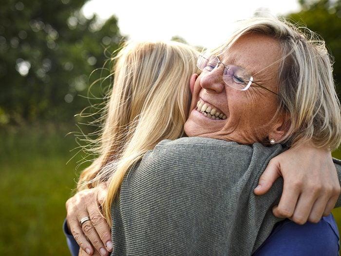 Câliner grand-maman est l'une des choses du quotidien que nous ne tiendrons jamais plus pour acquises.