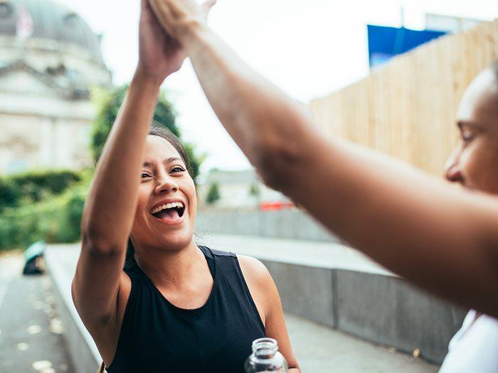 Faire un «high-five» ou donner une petite tape dans le dos est l'une des choses du quotidien que nous ne tiendrons jamais plus pour acquises.