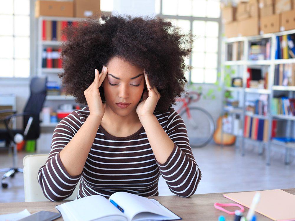 Symptôme de commotion cérébrale: un mal de tête diffus.