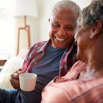 COVID-19: Confinés à la maison en couple? Inspirez-vous des retraités!