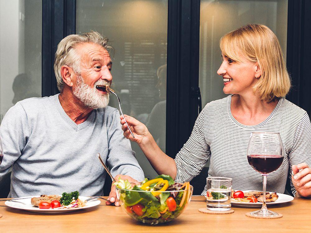 Confinés à la maison en couple? Inspirez-vous des retraités!