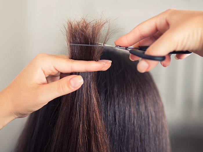 Se couper les cheveux: coupez-les délicatement.