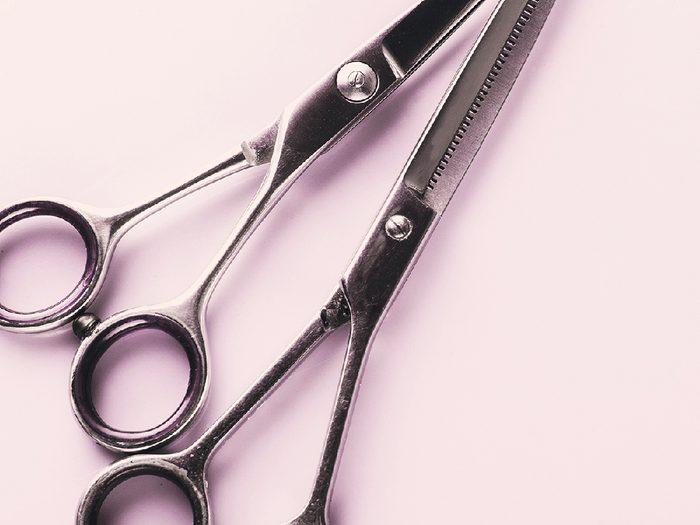 Se couper les cheveux: rafraîchir sa coupe n'est pas une mince affaire.