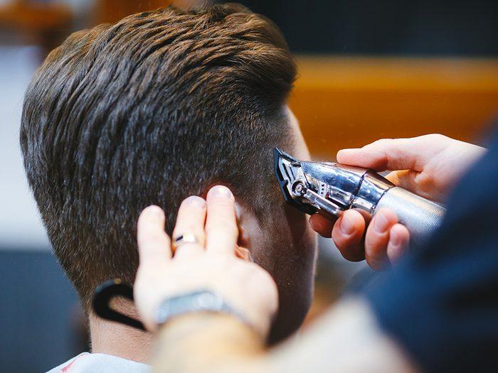 Couper les cheveux de votre partenaire? Ne soyez pas trop ambitieux…
