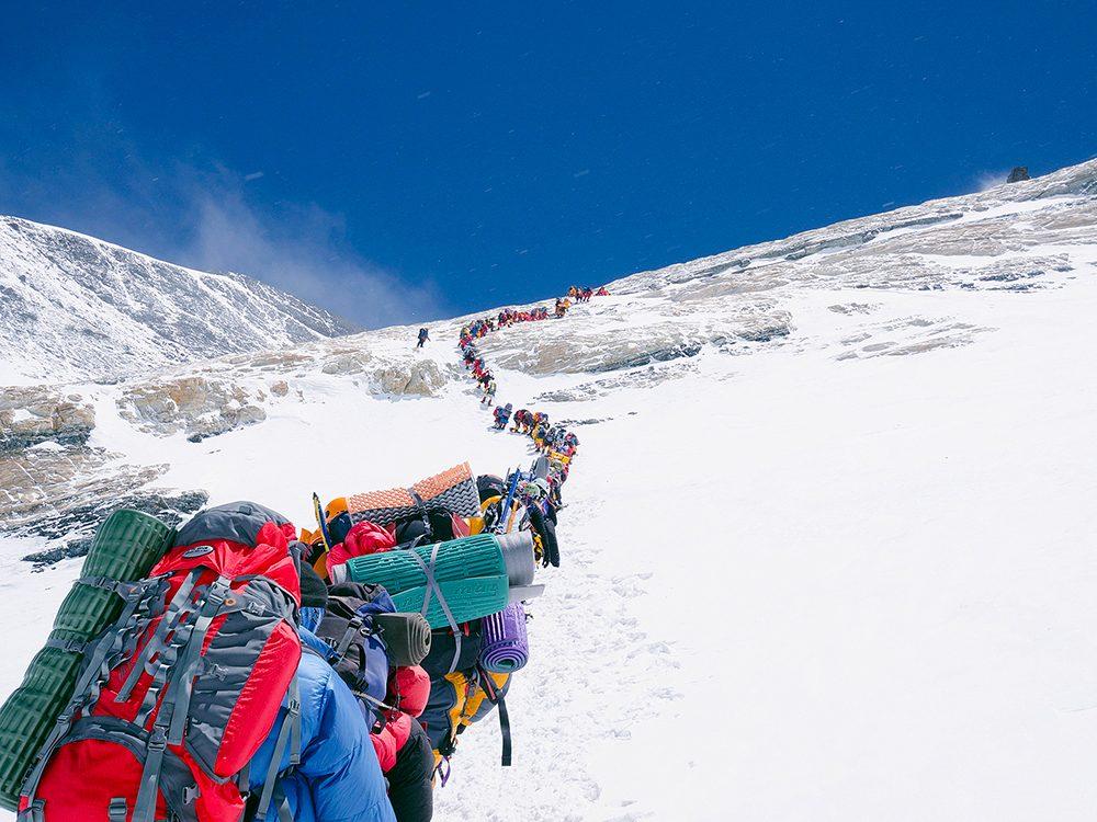 Densité de population: les touristes au Népal s'attaquent au mont Everest.
