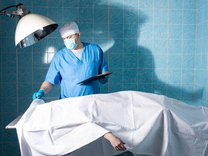Étude scientifique des cadavres: ce qui est visible sur le corps.