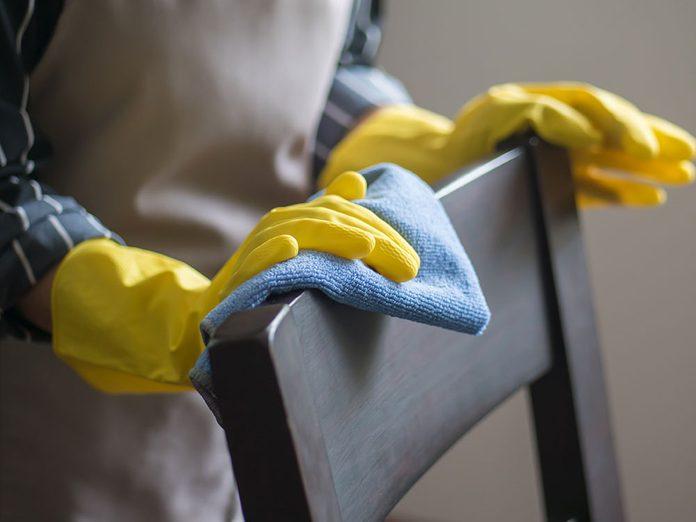 Nettoyez le dessous des tables et des chaises lors du grand ménage de printemps.