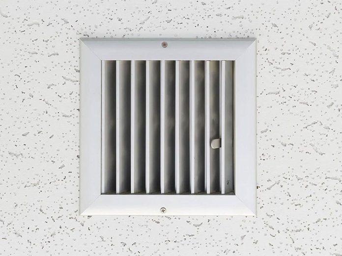 Nettoyez la grille du ventilateur de la salle de bains lors du grand ménage de printemps.