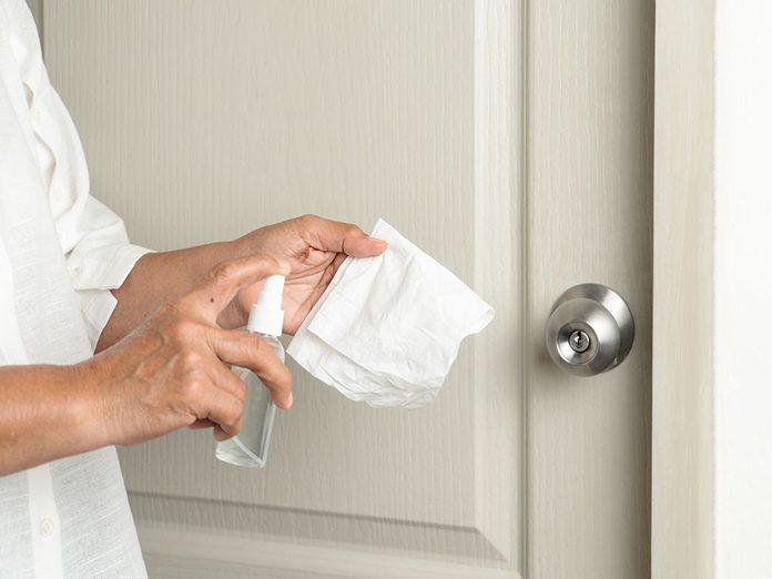 Nettoyez les cadres de portes lors du grand ménage de printemps.