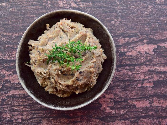 Apprêter les haricots et les lentilles: trempette de haricots noirs aux épices.