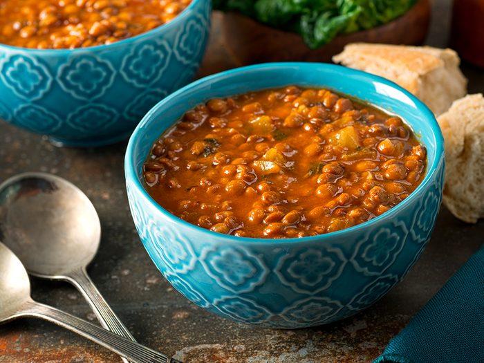 Apprêter les haricots et les lentilles: ddes haricots blancs en purée à de la soupe de courge.