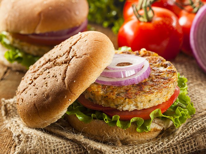 Apprêter les haricots et les lentilles: burger de haricots.