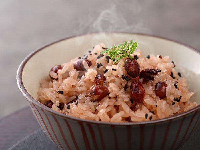 Apprêter les haricots et les lentilles: riz et pois à la jamaïcaine.