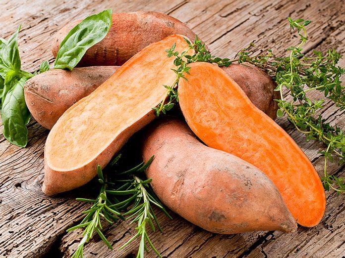 La patate douce est un aliment qui hydrate la peau.