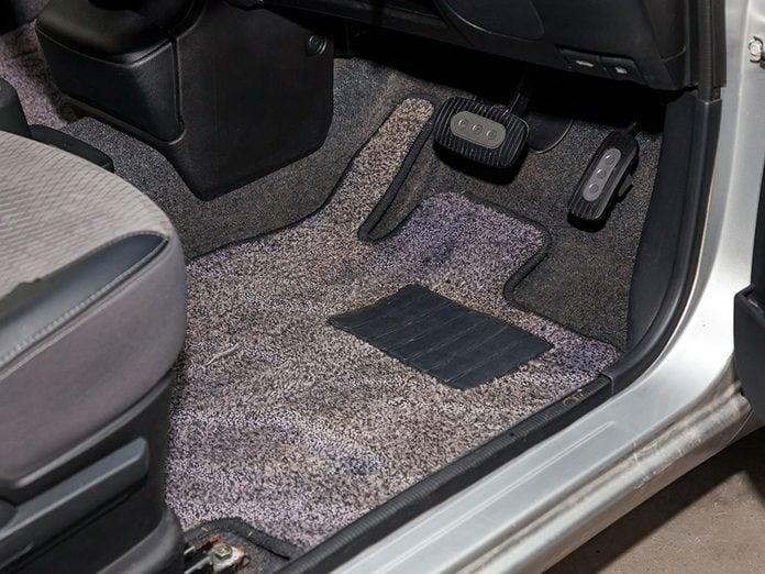 Nettoyer les tapis de la voiture en profondeur pour laver sa voiture.
