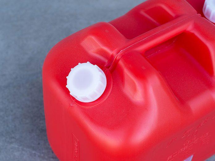 Utiliser du kérosène pour laver sa voiture.