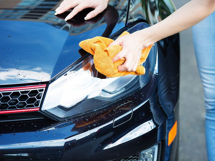 Utiliser du dentifrice pour polir vos phares et laver sa voiture.