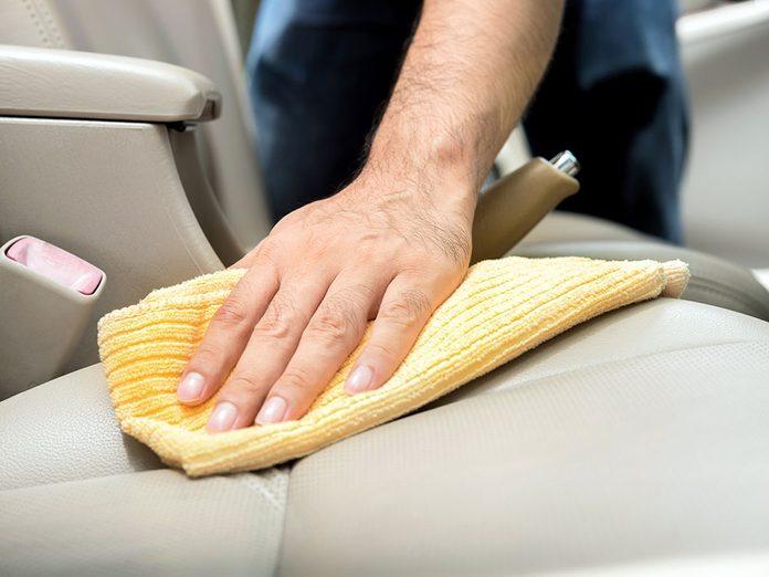 Du vinaigre pour nettoyer vos sièges et laver sa voiture.
