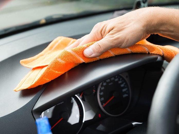 Laver sa voiture avec de l'adoucissant pour le linge.