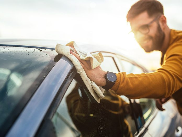 Sécher après avoir laver sa voiture.