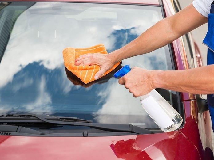 Utiliser une solution d'ammoniaque pour laver sa voiture.
