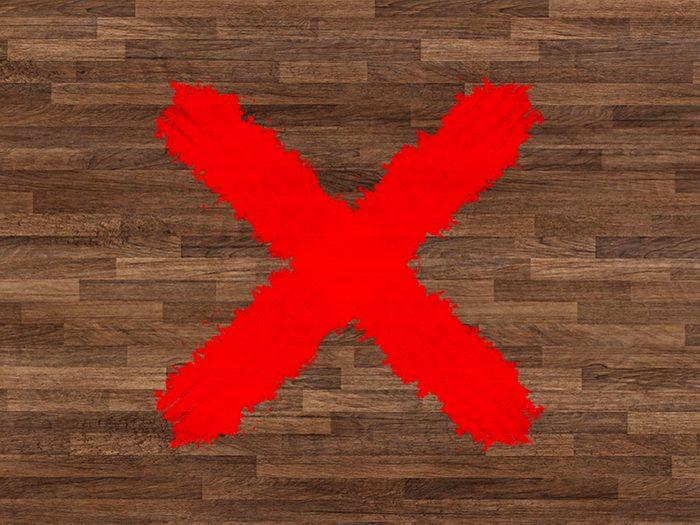 N'utilisez pas de lingettes antibactériennes sur les surfaces en bois dur.