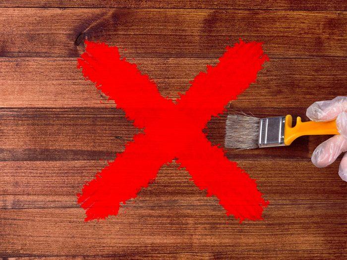 N'utilisez pas de lingettes antibactériennes sur les meubles laqués.