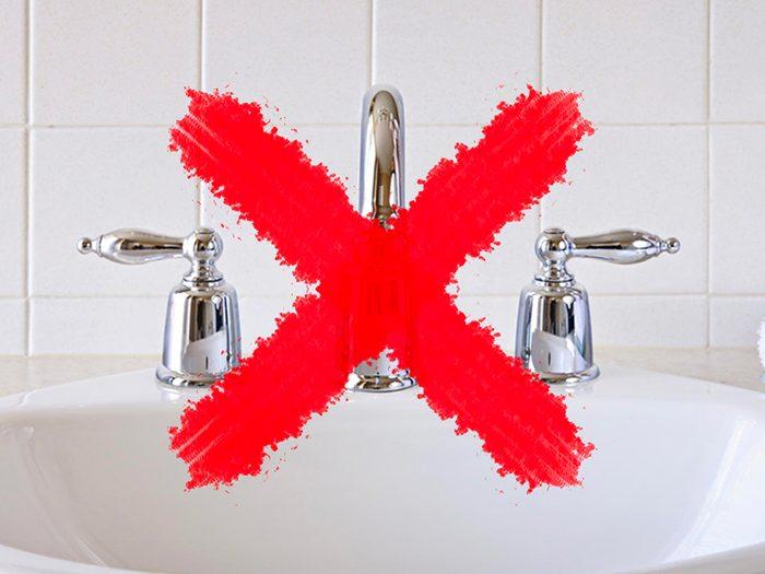 N'utilisez pas de lingettes antibactériennes sur les comptoirs et accessoires de salle de bain.