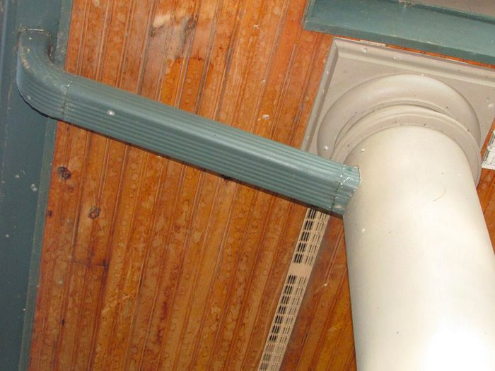 N'essayez pas cela à la maison: la descente d'eau pluviale camouflée dans une colonne.
