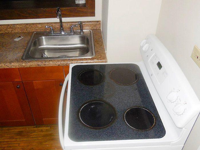 N'essayez pas cela à la maison: évier et cuisinière collés.