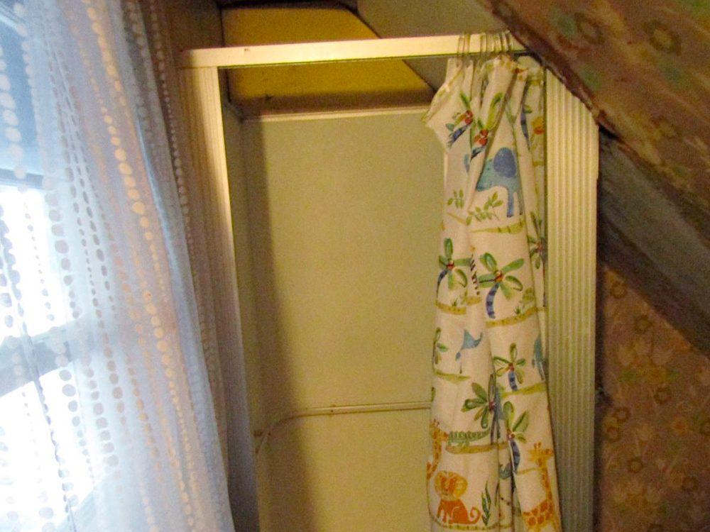 N'essayez pas cela à la maison: douche de plafond.