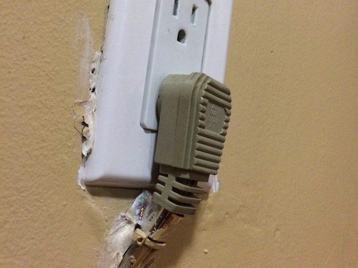 N'essayez pas cela à la maison: une rallonge dans un mur.