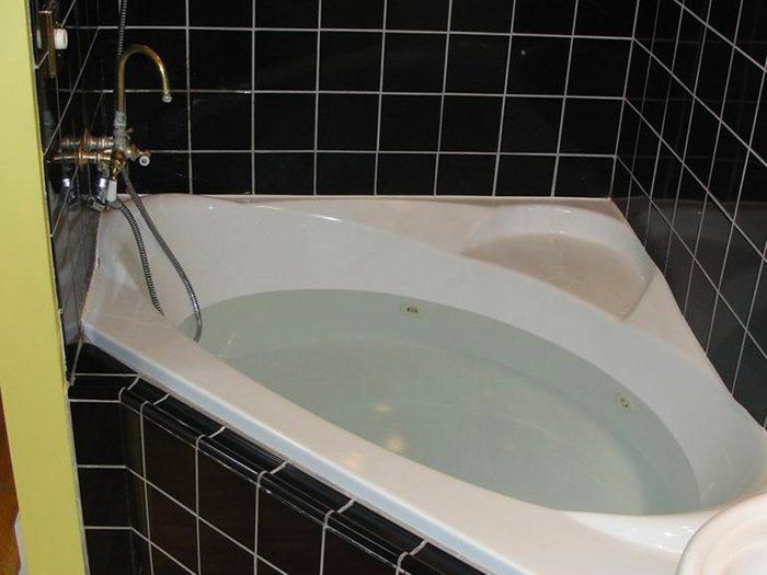 N'essayez pas cela à la maison: un robinet de cuisine pour remplir votre bain.