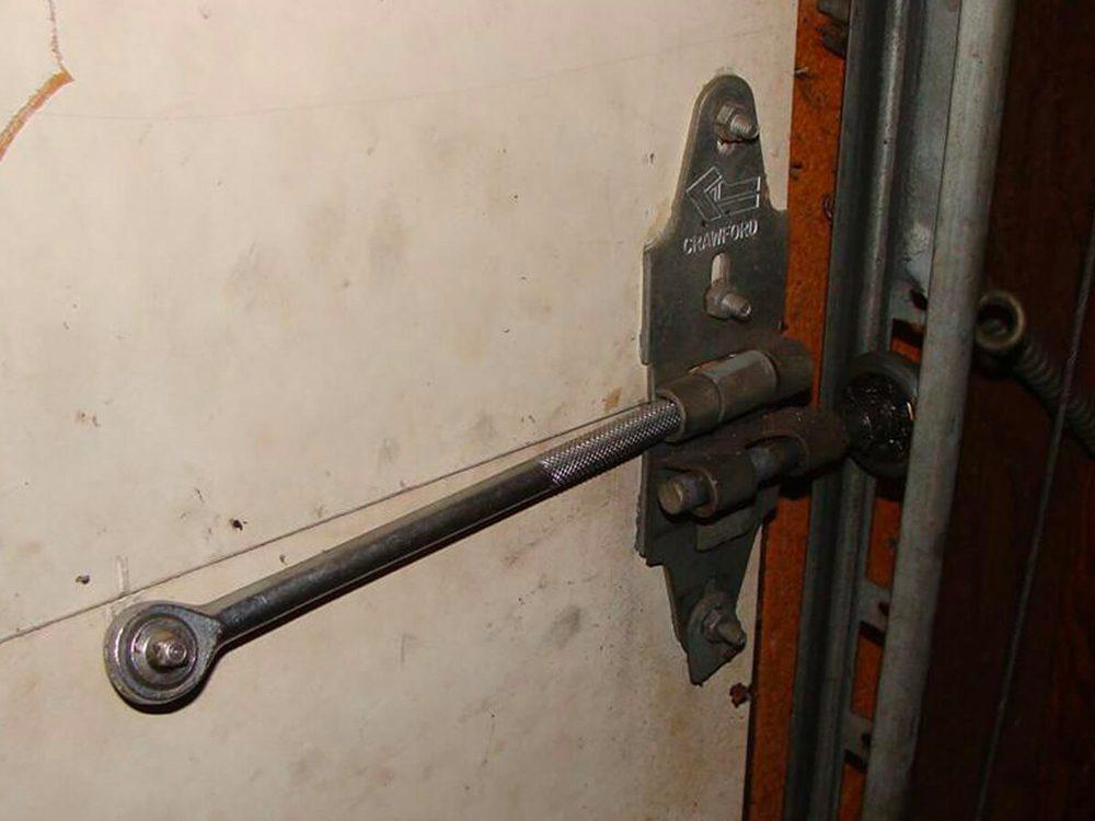 N'essayez pas cela à la maison: une clé à douille comme axe de charnière.