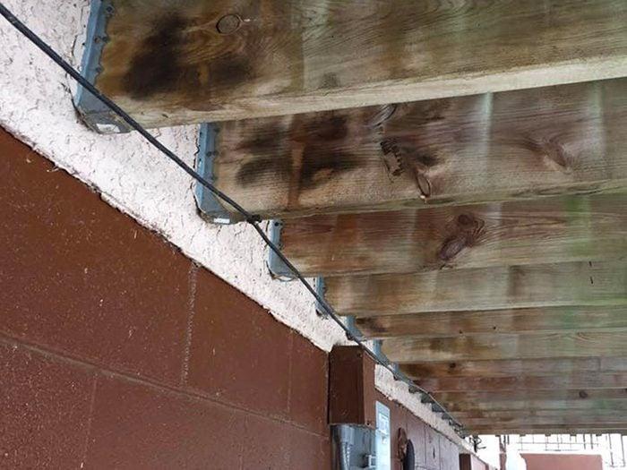 N'essayez pas cela à la maison: supports de solives dans le stuc.
