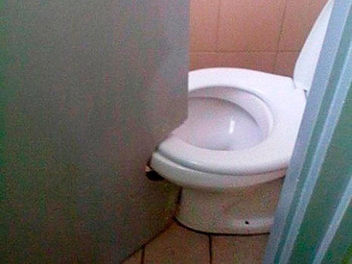N'essayez pas cela à la maison: découpe de porte de toilettes.