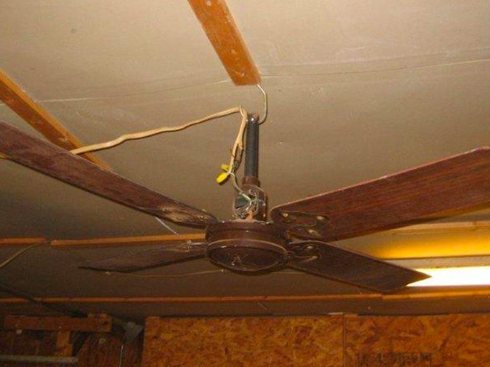 N'essayez pas cela à la maison: fixer un ventilateur de plafond uniquement avec du fil électrique.