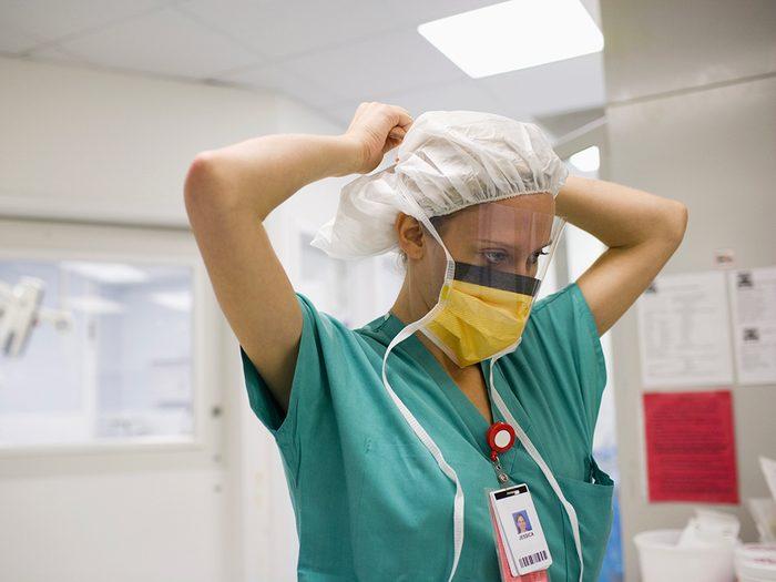 Masque de protection: protégez vos yeux si vous prenez soin de quelqu'un de malade.