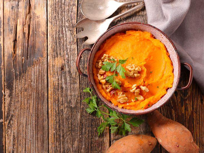 Ajoutez des pacanes ou des noisettes rôties à un plat de courge ou de patates douces.