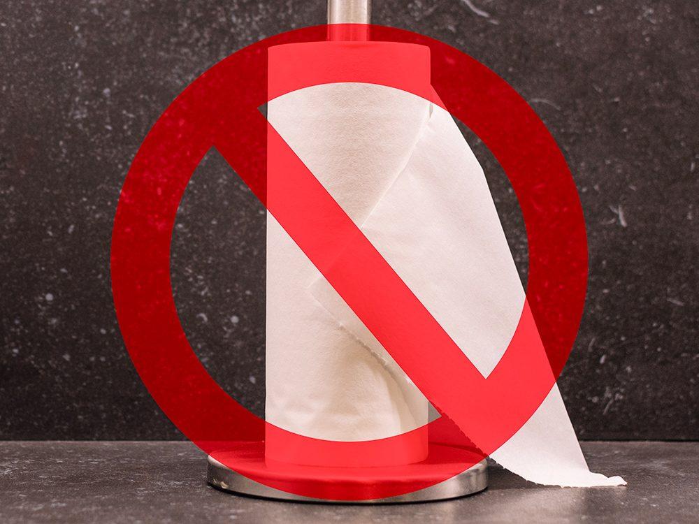 Alternative au papier de toilettes: le papier essuie-tout.