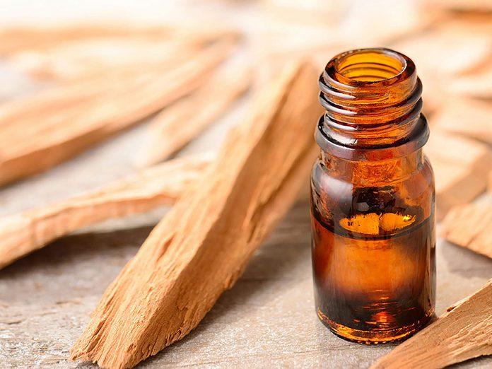 De 'huile de jojoba pour réparer des cheveux abimés.