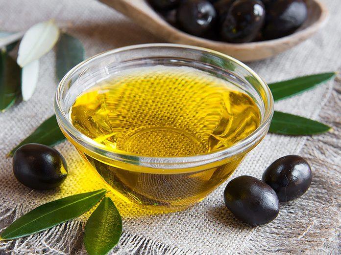 Un revitalisant à l'huile d'olive pour réparer des cheveux abimés.