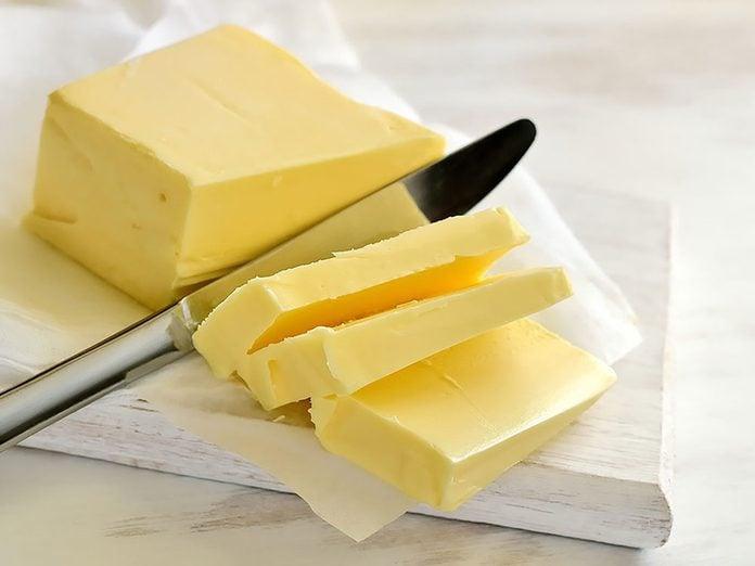 Un massage au beurre pour réparer des cheveux abimés.