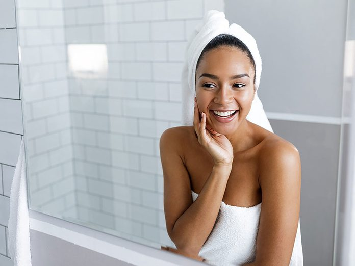Un séchage à la serviette pour réparer des cheveux abimés.