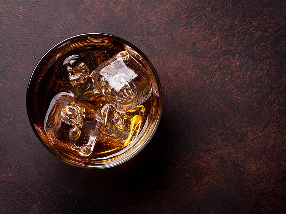 Pourquoi se réveille-t-on en pleine nuit: vous avez de l'alcool dans le sang.
