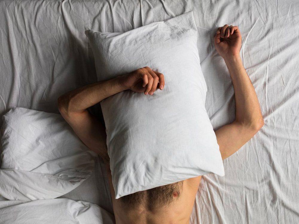 Pourquoi se réveille-t-on en pleine nuit: votre chambre est trop chaude.