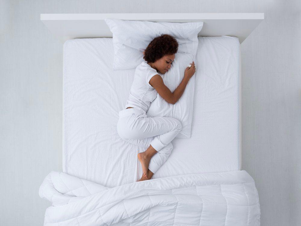 Pourquoi se réveille-t-on en pleine nuit: vous avez des fourmillements dans les jambes.