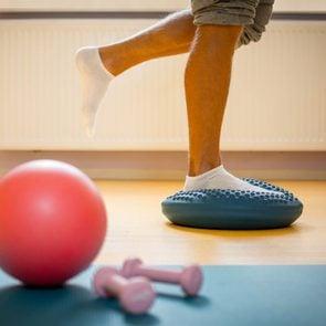 Autodiagnostic: se tenir en équilibre sur un pied fait partie des tests de dépistage.