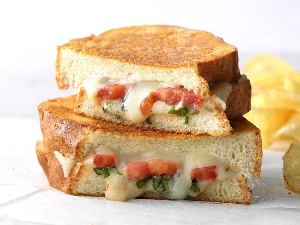 Grilled cheese aux tomates et au basilic.