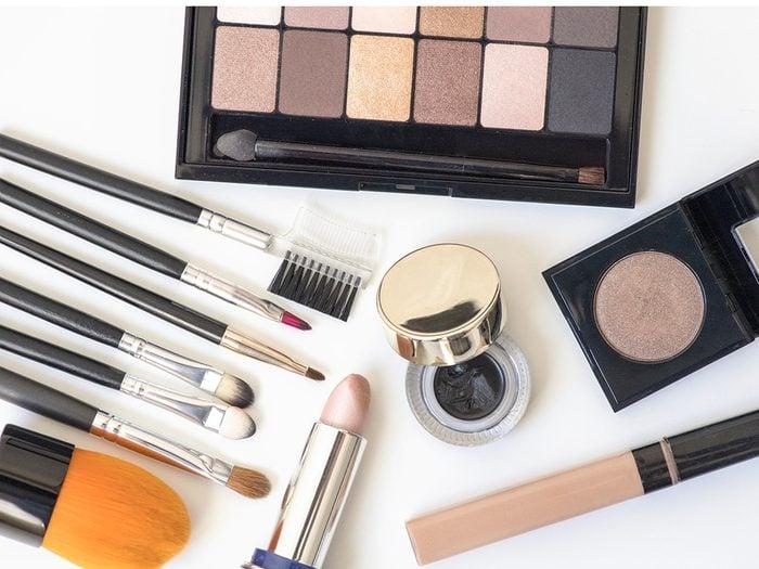 Le maquillage peut provoquer des allergies.